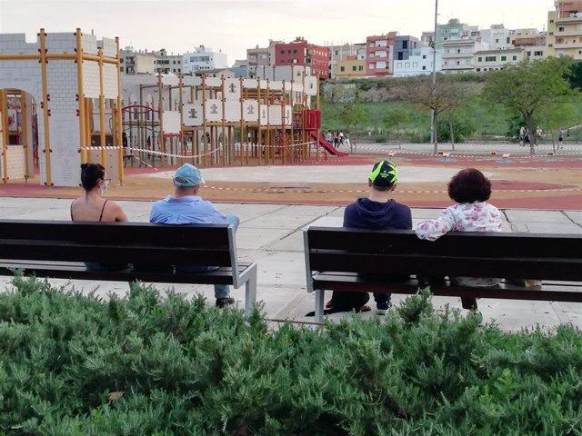 Personas sentadas en un banco en el Parque de Sa Riera, en el primer día en el que se permitieron los paseos generalizados y salidas para hacer deporte durante el estado de alarma.