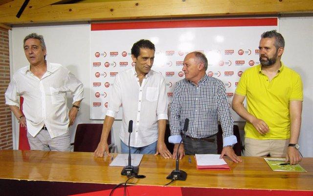 Representantes de CCOO y UGT Vicente Andrés y Faustino Temprano, segundo y tercero por la izquierda, junto a otros representantes de ambos sindicatos.