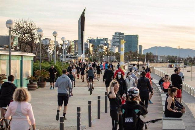Transeúntes disfrutan del ambiente cerca del puerto de Barcelona en el primer día en que el Gobierno permite salir a hacer deporte de forma individual y pasear con otra persona con la que se conviva, en Barcelona, Cataluña, (España), a 2 de mayo de 2020.