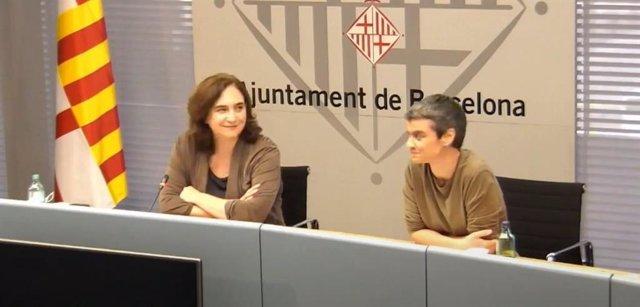 L'alcaldessa de Barcelona, Ada Colau, i la regidor d'Habitatge, Lucía Martín, en una roda de premsa per demanar un Pacte d'estat per l'habitatge i disposar del superàvit.
