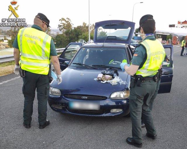 Detenidos con 700 gramos de hachís los dos ocupantes de un coche interceptado en un control en el peaje de la AP-9 en Vilaboa (Pontevedra).