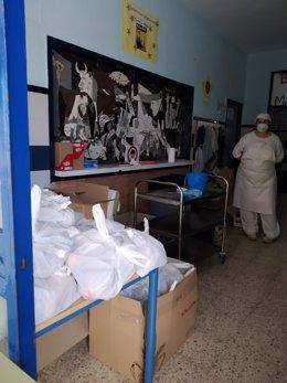 Reparto de comidas del programa de la Junta de Andalucía para menroes en riesgo de exclusión.