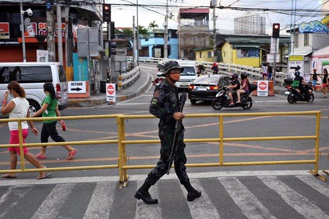 Un militar en un puesto de control en Manila