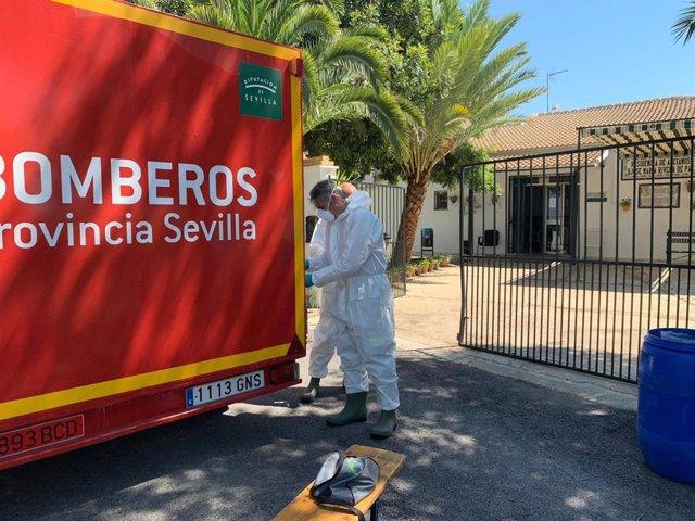 Bomberos de la provincia de Sevilla desinfectan la residencia de mayores de Carrión de los Céspedes.