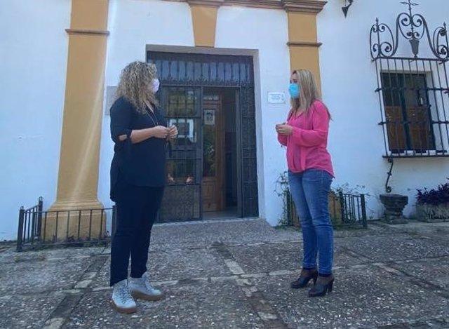 Reunión entre la alcaldesa de Alcalá de Guadaíra, Ana Isabel Jiménez, y la delegada municipal de Formación y Empleo, Rocío Bastida.