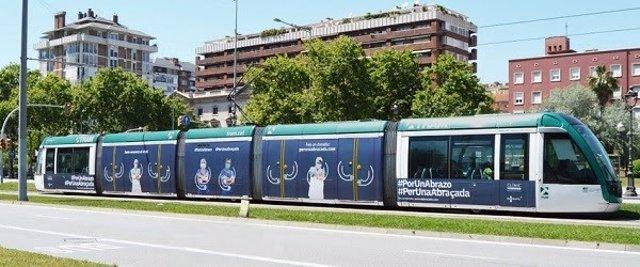El tranvía de Barcelona vinilado con la imagen de la campaña 'Per una abraçada' del Hospital Clínic