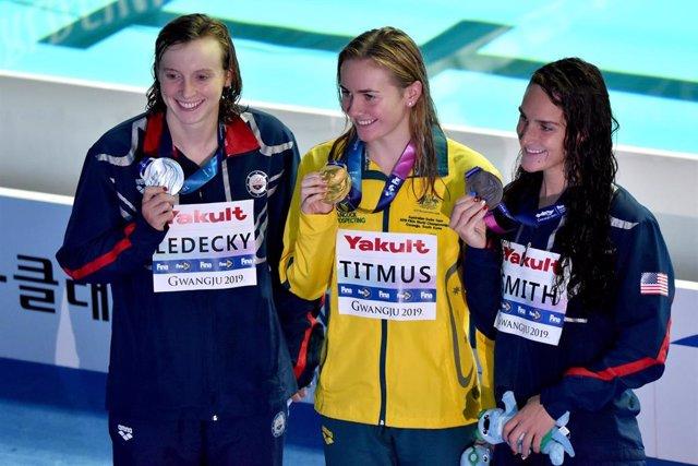 Katie Ledecky, Ariarne Titmus y Leah Smith enseñan sus medallas en los 400 libres de los Mundiales de Gwanjgu