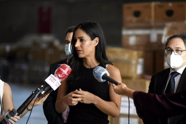 La Vicealcaldesa de Madrid, Begoña Villacís, responde a los medios en la recepción de la donación de más de 2000 kilos de material sanitario.