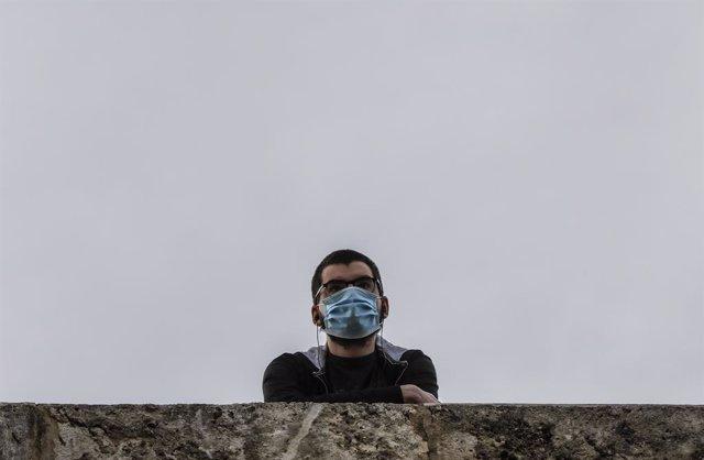 Un hombre con mascarilla en Valencia