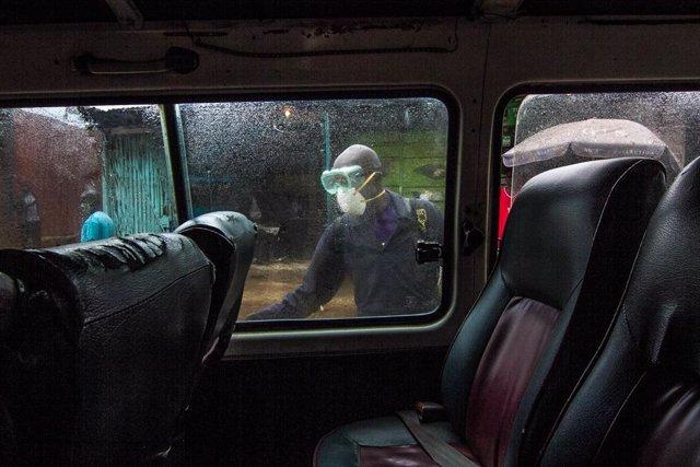 Un hombre desinfecta un coche