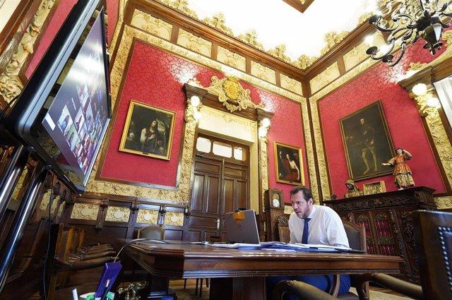 El alcalde de Valladolid, Óscar Puente, durante el encuentro online con representantes de la Cámara de Comercio y del sector empresarial de la ciudad.