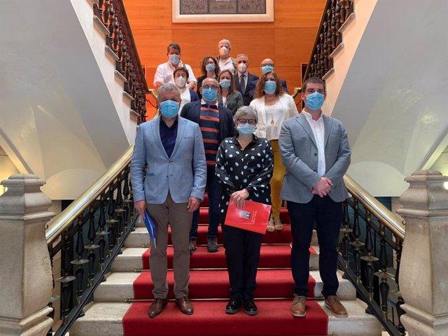 Participantes en la firma del acuerdo de concertación local del Ayuntamiento de Gijón, 'Reinicia'