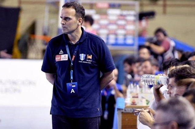 El entrenador español del Orlen Wisla Plock, Xavier Sabaté, en un partido