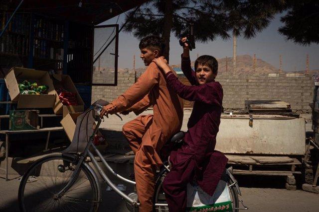 Dos niños afganos en Kabul
