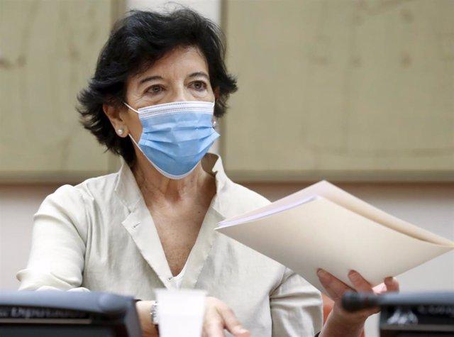 La ministra de Educación, Isabel Celaá, comparece ante la comisión del ramo en el Congreso de los Diputados para explicar las medidas adoptadas por su departamento en relación al curso escolar tras la crisis del coronavirus