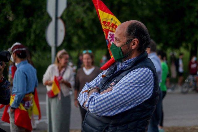 """Una multitud se concentra en la Plaza de España de Pozuelo de Alarcón en contra del Gobierno de Pedro Sánchez al grito de """"dimisión"""""""