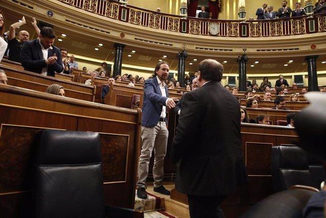 El vicepresidente segundo del Gobierno, Pablo Iglesias, saludando al exvicepresidente de la Generalitat de Cataluña Oriol Junqueras en el hemiciclo del Congreso en mayo de 2019.