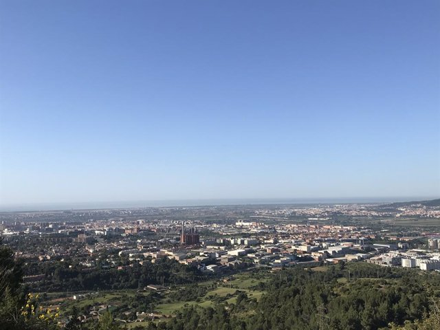 Fotografia del cel de Barcelona i part de la seva àrea metropolitana aquest 21 de maig en la qual s'aprecia contaminació en l'aire.