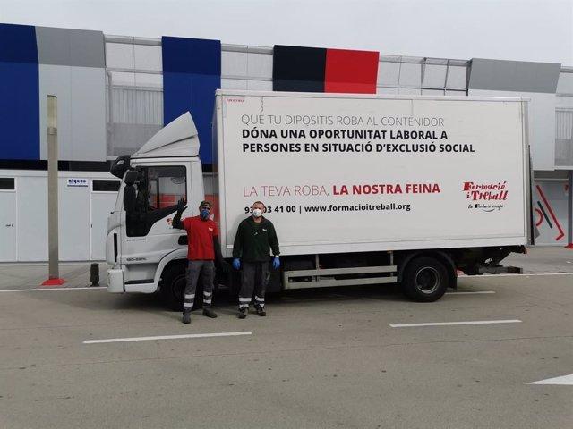 Un camió de Formació i Treball, durant una jornada de recollida de roba usada en plena epidèmia per coronavirus
