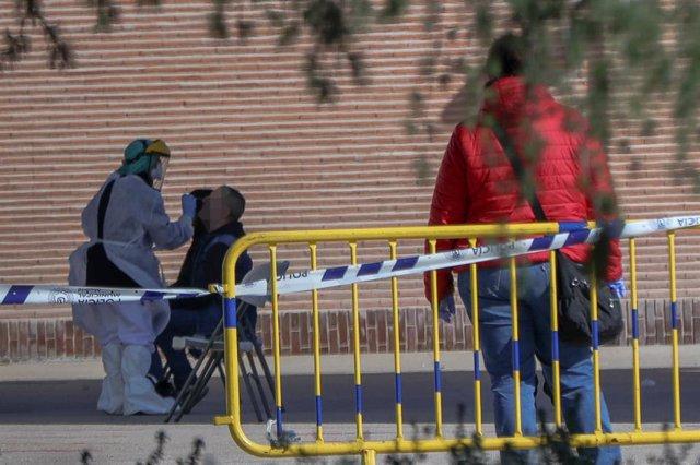 Una sanitaria le realiza a varios trabajadores de servicios esenciales uno de los test comprado por el Ayuntamiento de Madrid