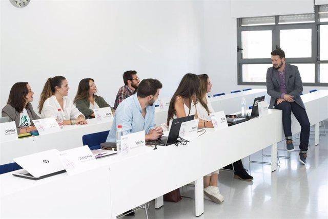 Alumnos de un máster de la Universidad Loyola Andalucía en clase.