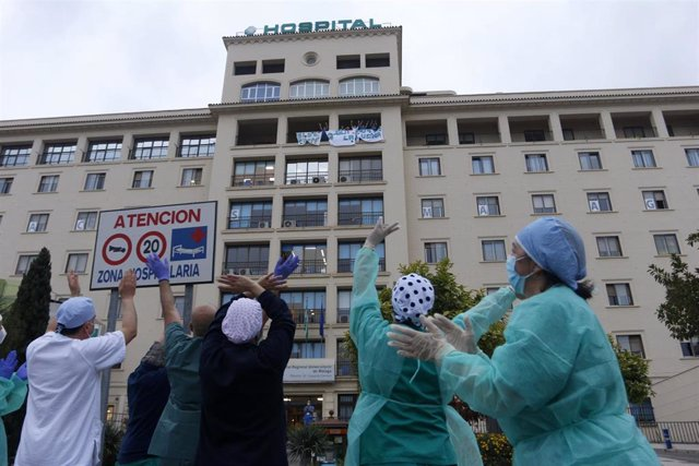 Bomberos realizan junto a trabajadores de Correos el aplauso a los sanitarios, en la puerta principal del Hospital Regional de Málaga, por su trabajo qen la pandemia del COVID-19. Málaga a 8 de abril 2020