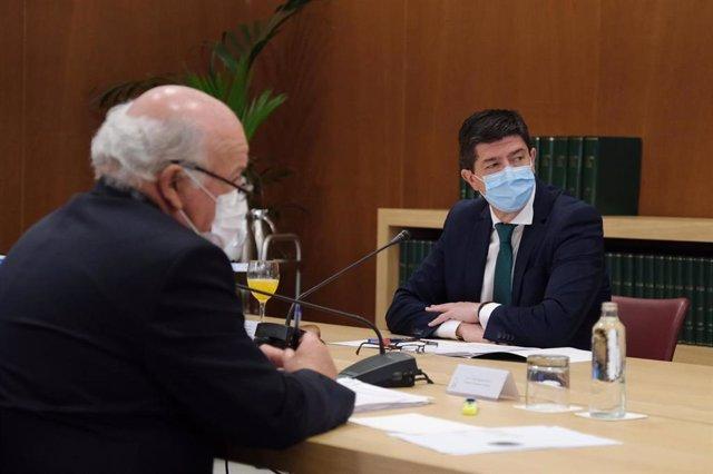El consejero de Salud y Familias, Jesús Aguirre, y el vicepresidente de la Junta y consejero de Turismo, Regeneración, Justicia y Administración Local, Juan Marín, en una reunión del Gabinete de Crisis del coronavirus.