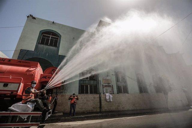 Trabajos de desinfección en la Franja de Gaza durante la pandemia de coronavirus