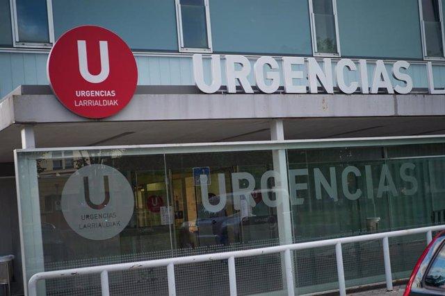 Detalle de la fachada del Servicio de Urgencias del Complejo Hospitalario de Navarra durante el estado de alarma por el coronavirus.