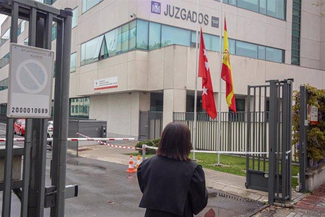 Una abogada vestida con toga y mascarilla entra a unos juzgados de Madrid