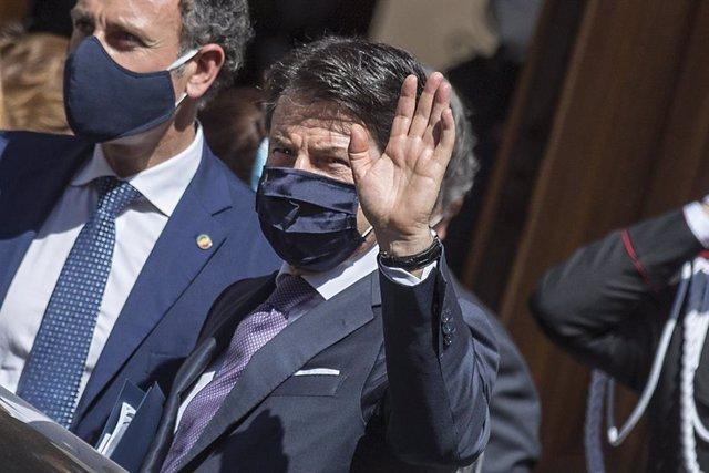 El primer ministro italiano, Giuseppe Conte, con mascarilla