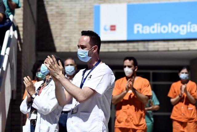 Profesionales sanitarios del  Hospital Gregorio Marañón guardan un minuto de silencio en homenaje al médico especialista en nefrología e investigador del centro Alberto Tejedor, que ha fallecido a causa de coronavirus.En Madrid, a 20 de mayo de 2020.