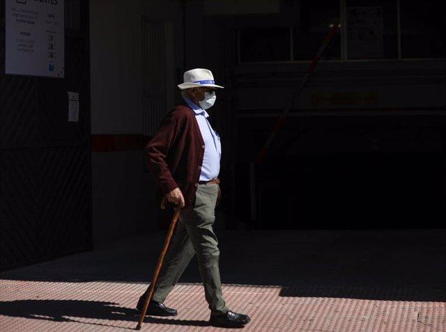 Imagen de archivo de un hombre protegido con mascarilla.