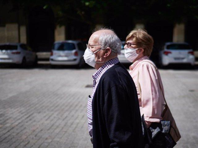 Varias personas mayores con mascarillas pasean por las calles de Pamplona en el segundo día de desconfinamiento de las medidas adoptadas por el Gobierno de España según el Estado de Alarma por el COVID-19
