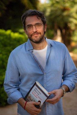 El escritor Máximo Huerta publica un nuevo libro 'Con el amor bastaba'