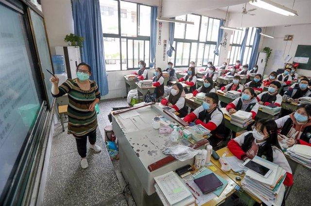 Una profesora imparte una clase en un colegio de enseñanza media de Chongqing, en la provincia de Sichuan, en el suroeste de China.