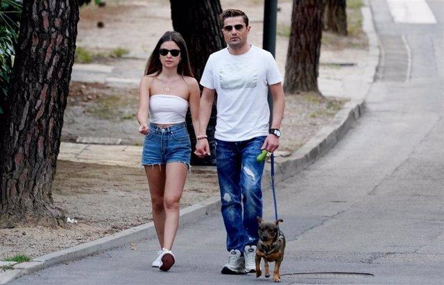 Ángel Díaz y Alexia Rivas pasean a su perrito