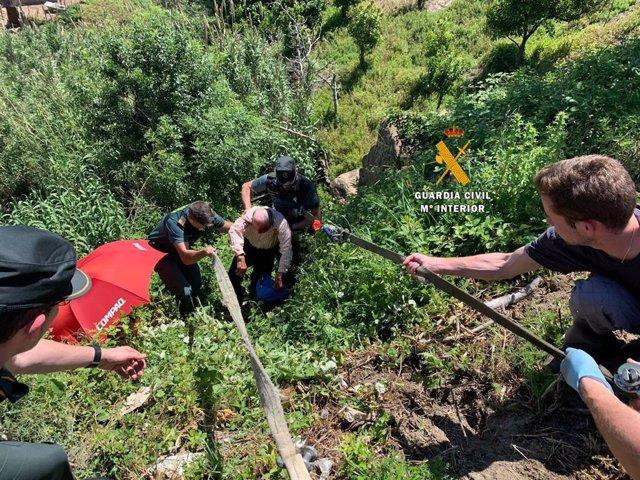 La Guardia Civil rescata a un anciano en Casarabonela después de que cayera por un barranco