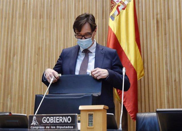 El ministro de Sanidad, Salvador Illa antes de comparecer en la Comisión de Sanidad del Congreso celebrada este jueves sobre la evolución de la crisis del coronavirus y las medidas de su departamento ante las distintas fases de la desescalada, en Madrid (