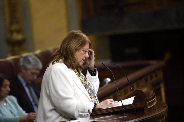 La diputada por Madrid del Partido Popular, María Elvira Rodríguez interviene desde la tribuna del Congreso de los Diputados en la sesión plenaria en la que se examina la senda de estabilidad presupuestaria, acuerdo del Gobierno que se publica junto al lí