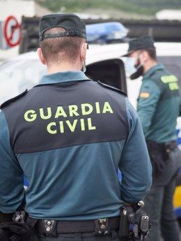 La Guardia Civil y la Policía Local controlan el cumplimiento de las normas de confinamiento en el aparcamiento de un Supermercado Mercadona de la población de Ansoain (Navarra) por el Estado de Alarma provocado por el coronavirus, COVID19. En Pamplona, N