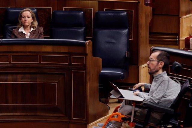 El portavoz parlamentario de Unidas Podemos, Pablo Echenique, en el Congreso, frente a la vicepresidenta tercera de Asuntos Económicos, Nadia Calviño.