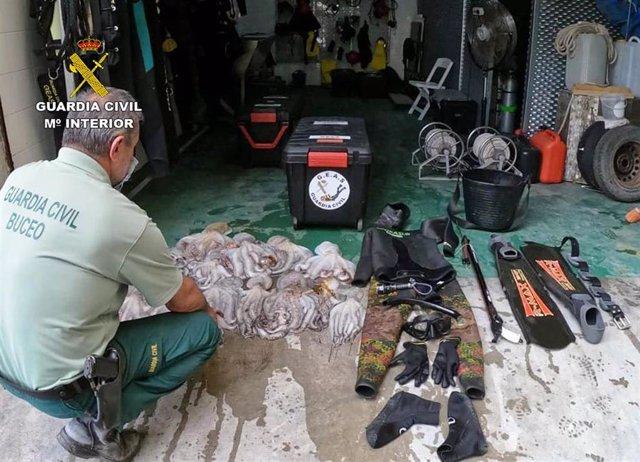 Un agente de la Guardia Civil posa con los efectos intervenidos