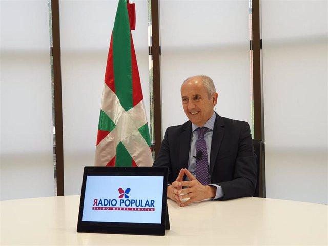 El portavoz del Gobierno Vasco, Josu Erkoreka, en una entrevista en Radio Popular