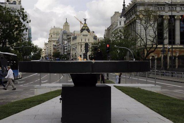 Pebetero instalado en la calle Alcalá, frente al Palacio de Cibeles, con el que serán recordadas las víctimas de la pandemia del coronavirus.