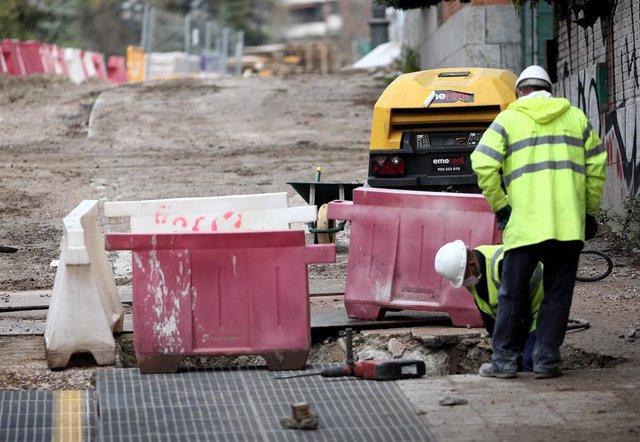 Varios obreros trabajan en las obras de Plaza de España