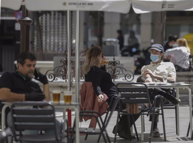 Varias personas en los veladores de un bar de Sevilla durante la Fase 1 del plan de desescalada del Gobierno.