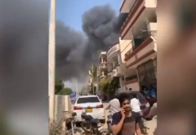 Captura de vídeo tras estrellarse un avión  en una zona residencial cerca de Karachi, en el sur de Pakistán