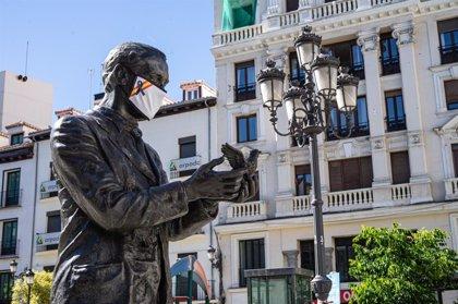 Una plataforma coloca mascarillas a varias estatuas de Madrid para homenajear a sanitarios y policías