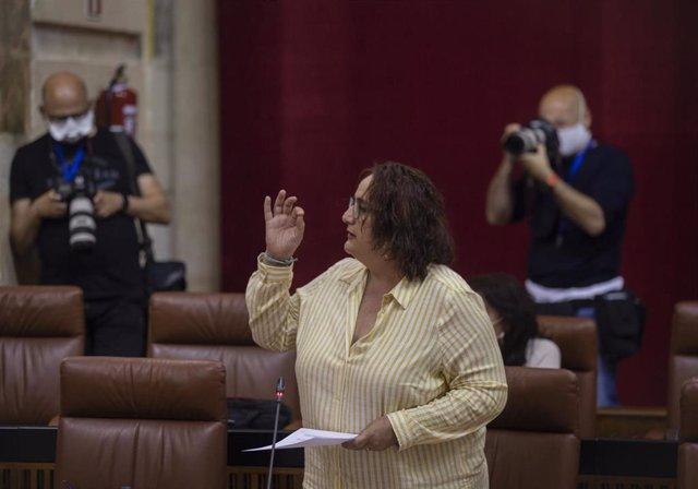 La portavoz adjunta del grupo parlamentario Adelante Andalucía, Ángela Aguilera, durante su intervención en la sesión de control al gobierno. En el Parlamento de Andalucía, Sevilla (Andalucía, España), a 20 de mayo de 2020.